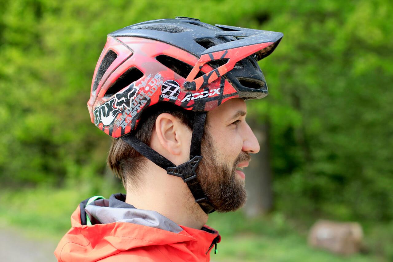 So sitzt der Fahrradhelm richtig auf dem Kopf