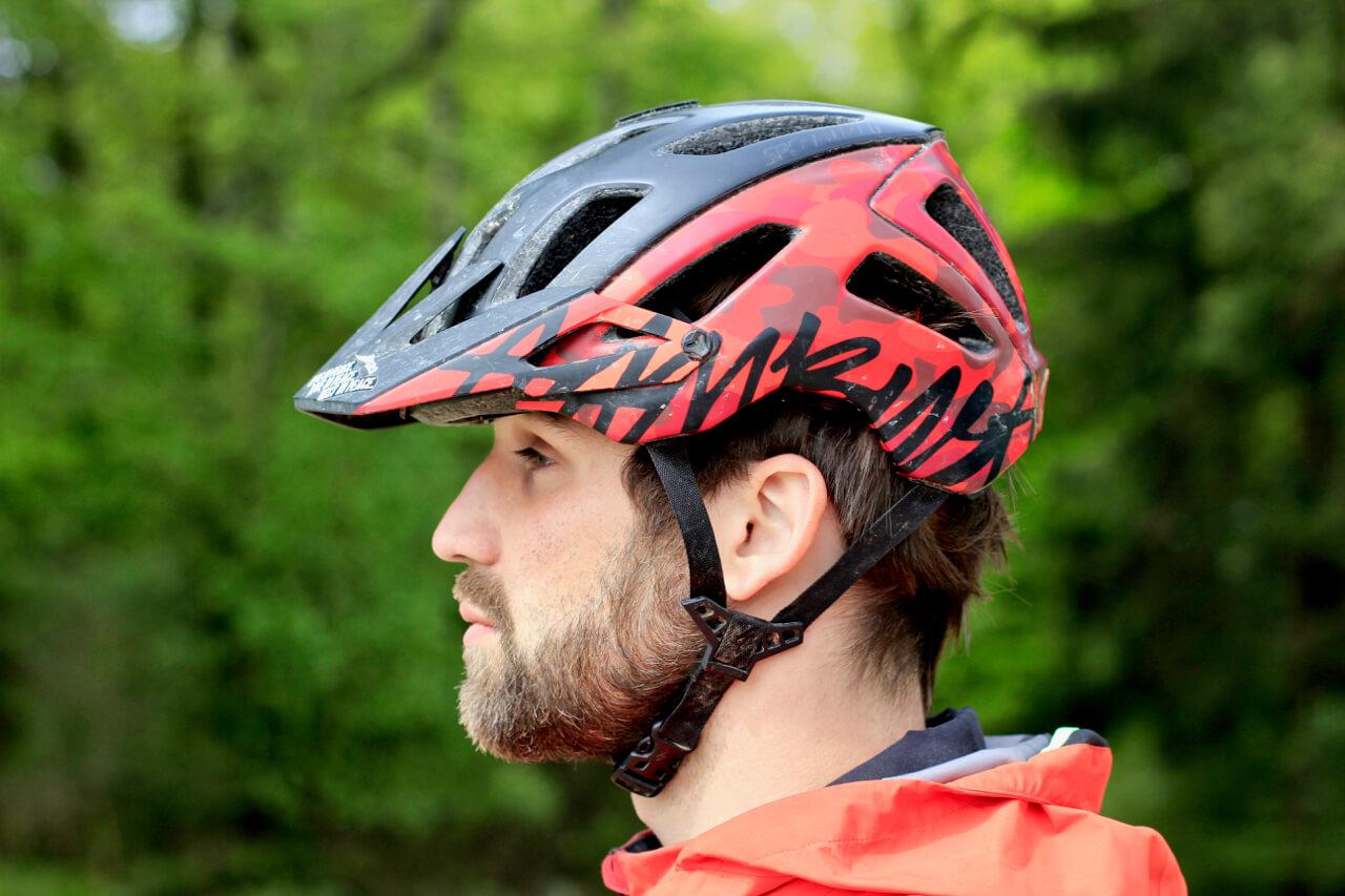 MTB Helm vom richtigen Winkel anziehen - hier falscher Winkel zu sehen