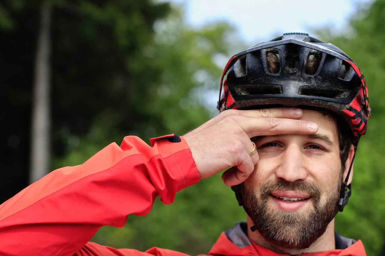 So sitzt der MTB Helm sicher und richtig auf dem Kopf