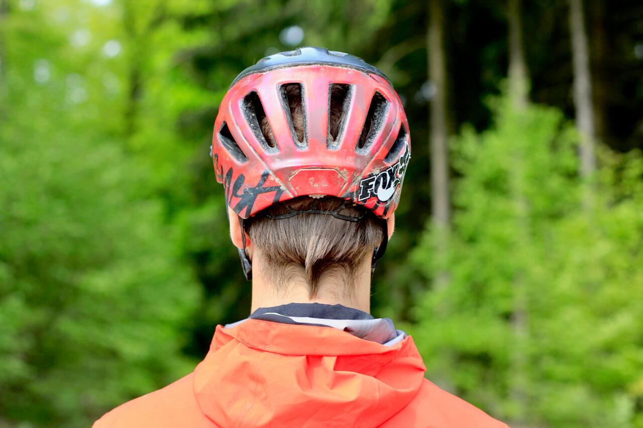 MTB Helm gerader Sitz von hinten