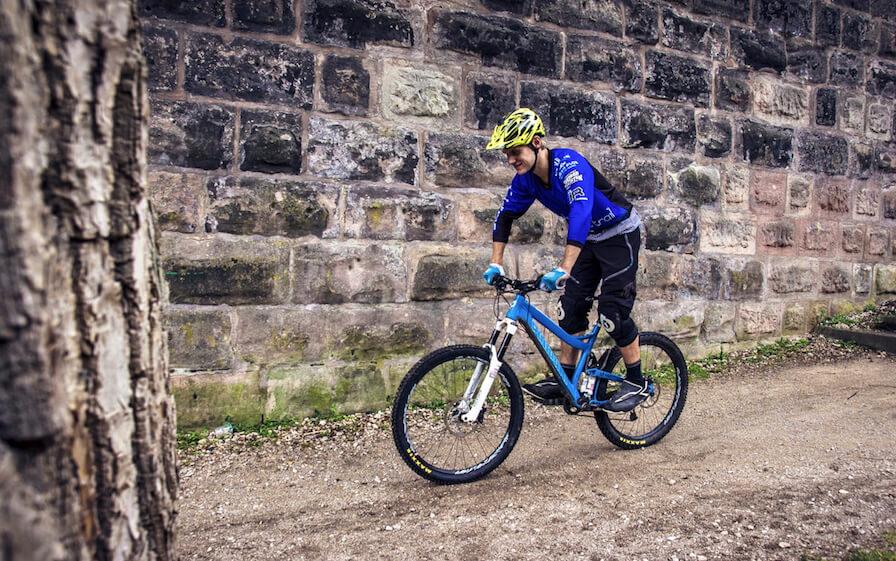 Grundposition auf dem MTB e Mountainbike Neutrale Poistion fuer Single Trails Enduro 2 1 - Rock my Trail Bikeschule