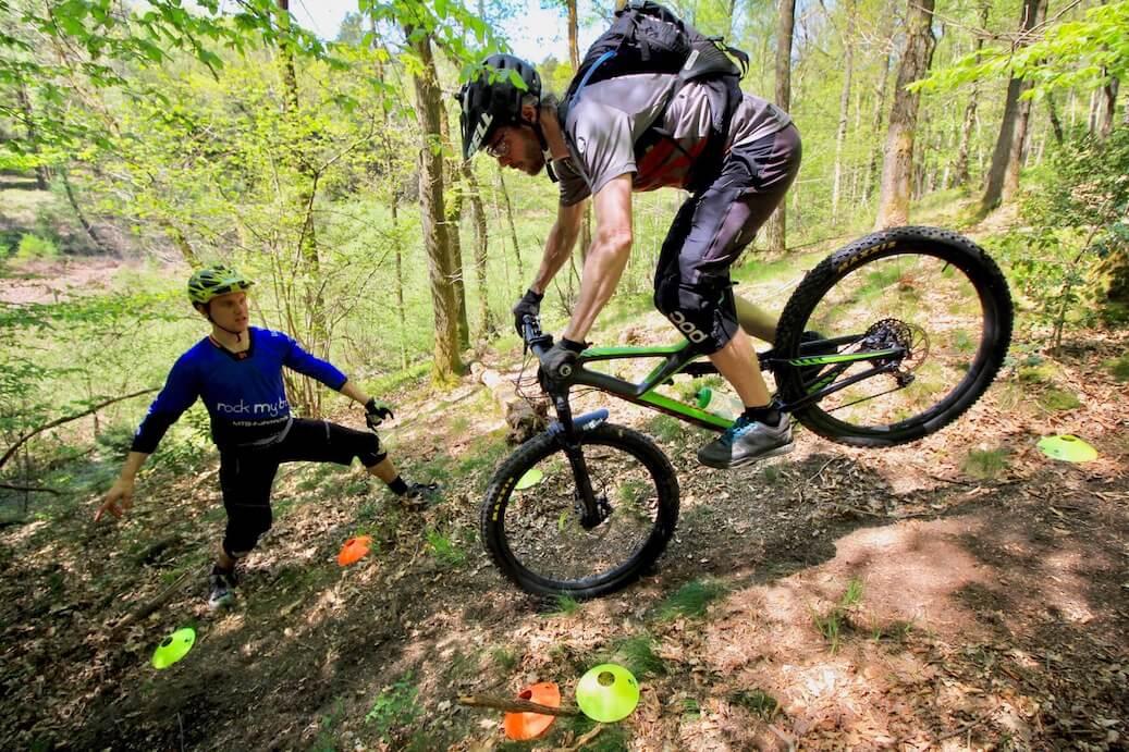 Hinterrad-versetzen-lernen-Fahrtechnik-Kurs-fuer-Serpentinen-Kehren-Rock-my-Trail-Bikeschule