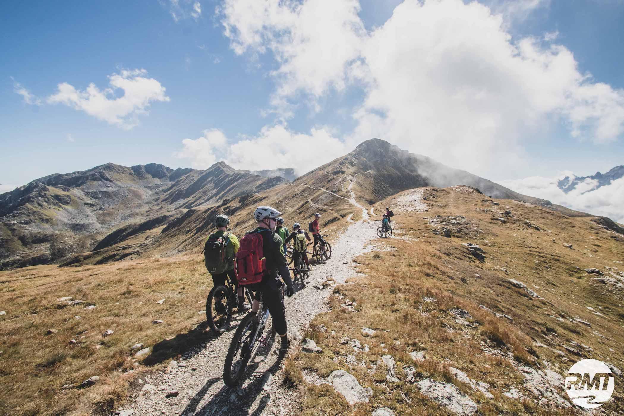 DolomitenCross auf Trails Dolomiten Runde Tour MTB TransAlp Rock my Trail Bikeschule -40