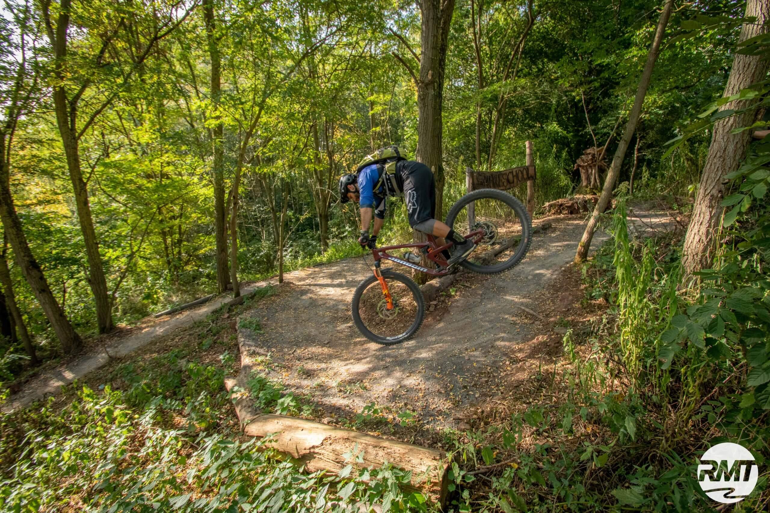 Hinterrad-versetzen-lernen-Fahrtechnik-Kurs-fuer-Serpentinen-Kehren-Rock-my-Trail-Bikeschule-3