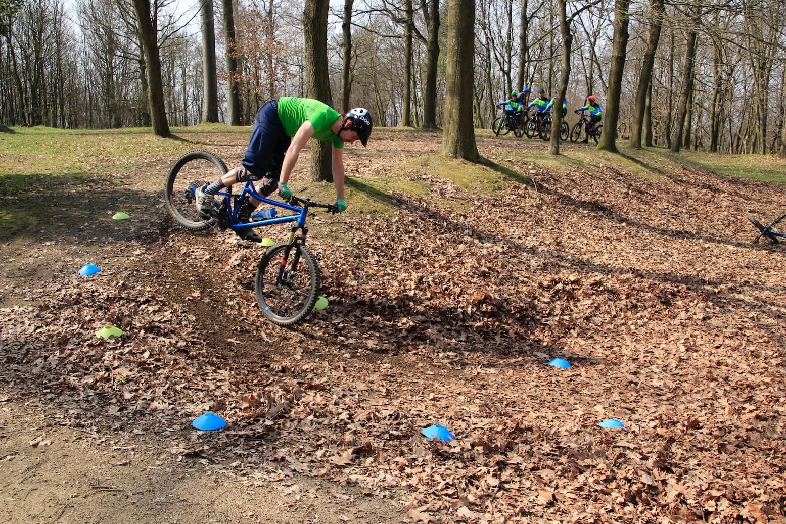 Hinterrad-versetzen-lernen-Fahrtechnik-Kurs-fuer-Serpentinen-Kehren-Rock-my-Trail-Bikeschule-9