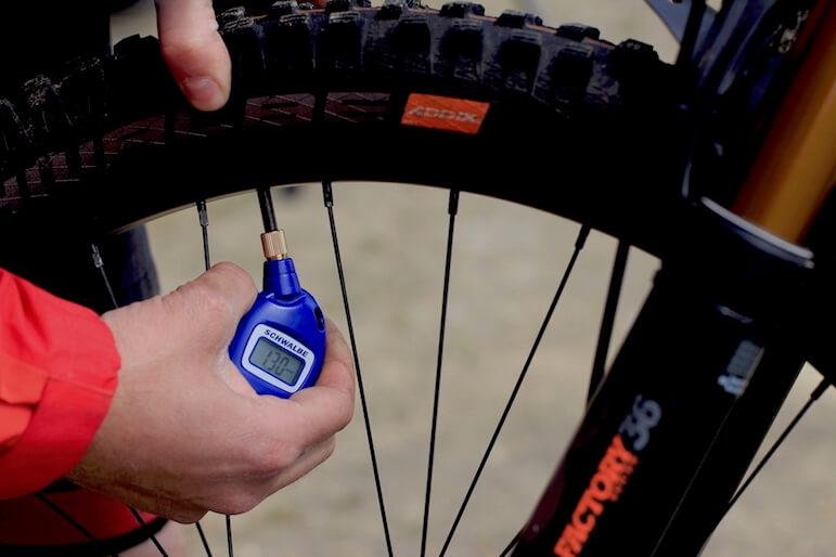 Geschenke für Mountainbiker - Reifendruckprüfer